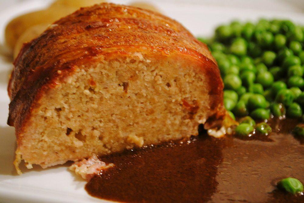 Forloren hare er et godt og smagfuldt farsbrød, som samtidig under stegningen kaster en helt vidunderlig sovs af sig. Forloren hare laves med bacon - og sovsen med ribsgele.