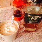Irsk kaffe med whisky. Lavet med brun farin og letpisket fløde. Foto: Guffeliguf.dk.