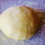 Ælt den hjemmelavede pasta grundigt igennem, indtil pastaen er glat og smidig. Foto: Guffeliguf..dk.