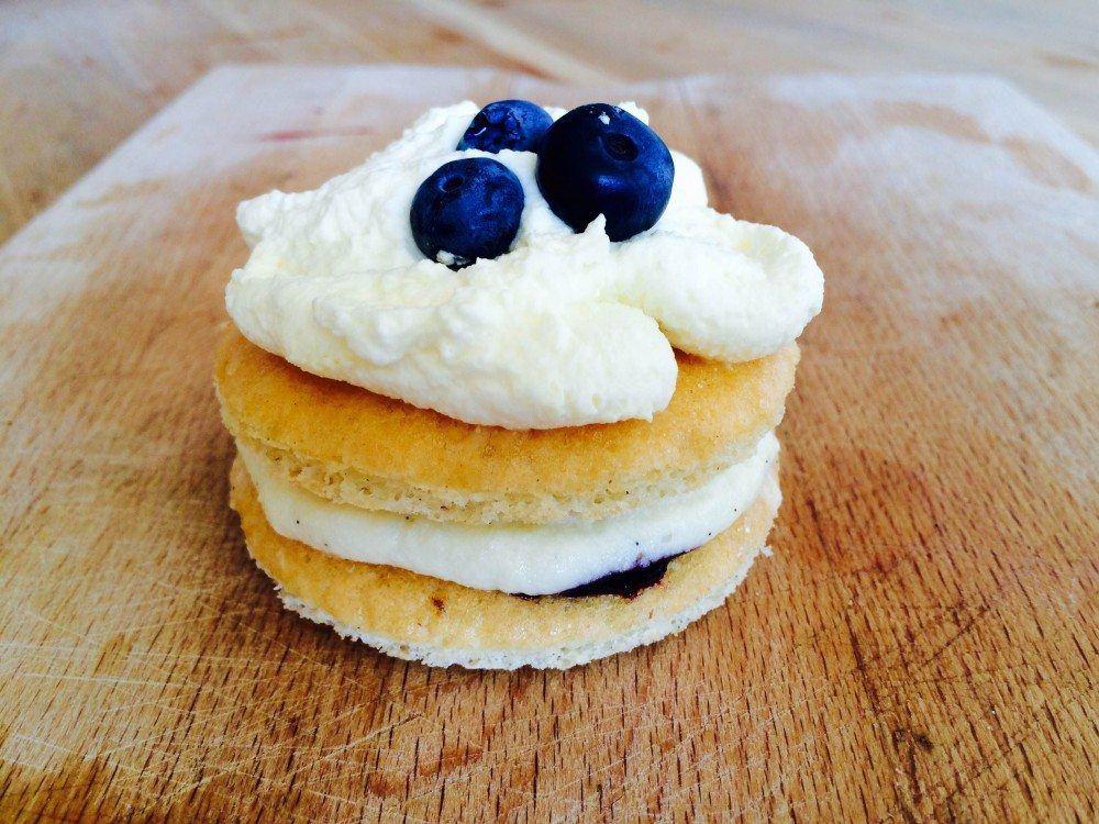 Lækre medaljer med vaniljecreme og blåbær - med bunde af blød dej. Foto: Guffeliguf.dk.