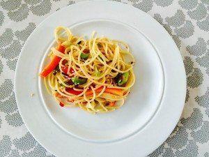 Lækker pastasalat med en sød chilisovs, sesamfrø, peberfrugt og bladselleri. Foto: Guffeliguf.dk.