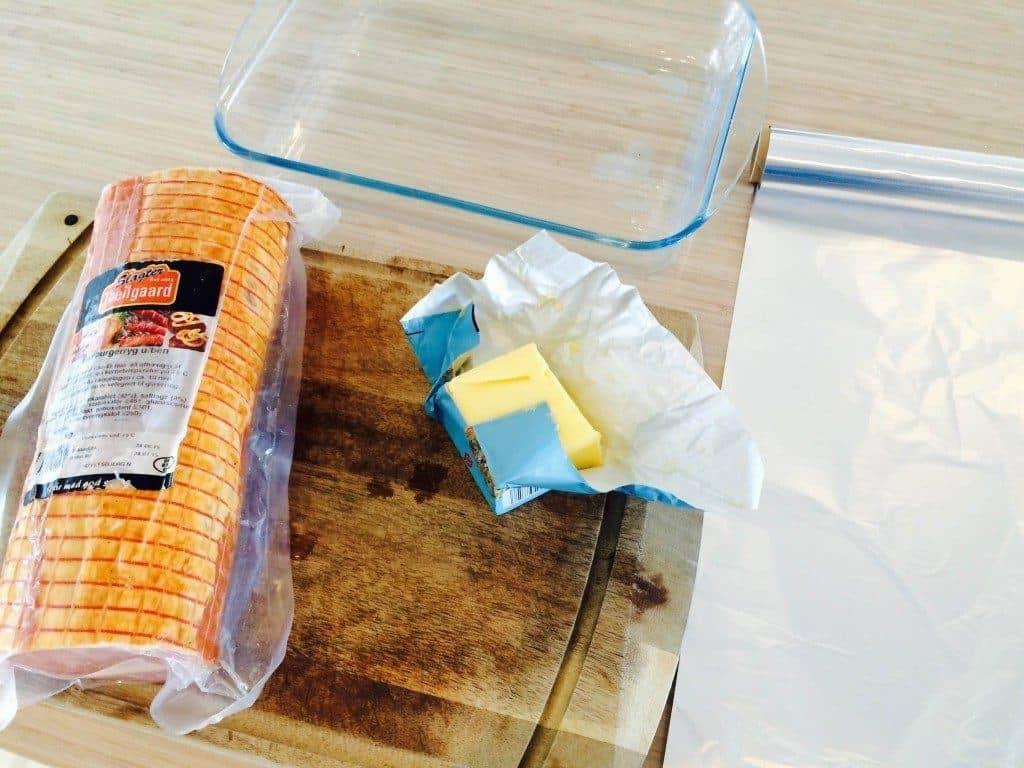 Til hamburgerryg i ovn skal du bruge en hamburgerryg, smør og sølvpapir. Foto: Guffeliguf.dk.