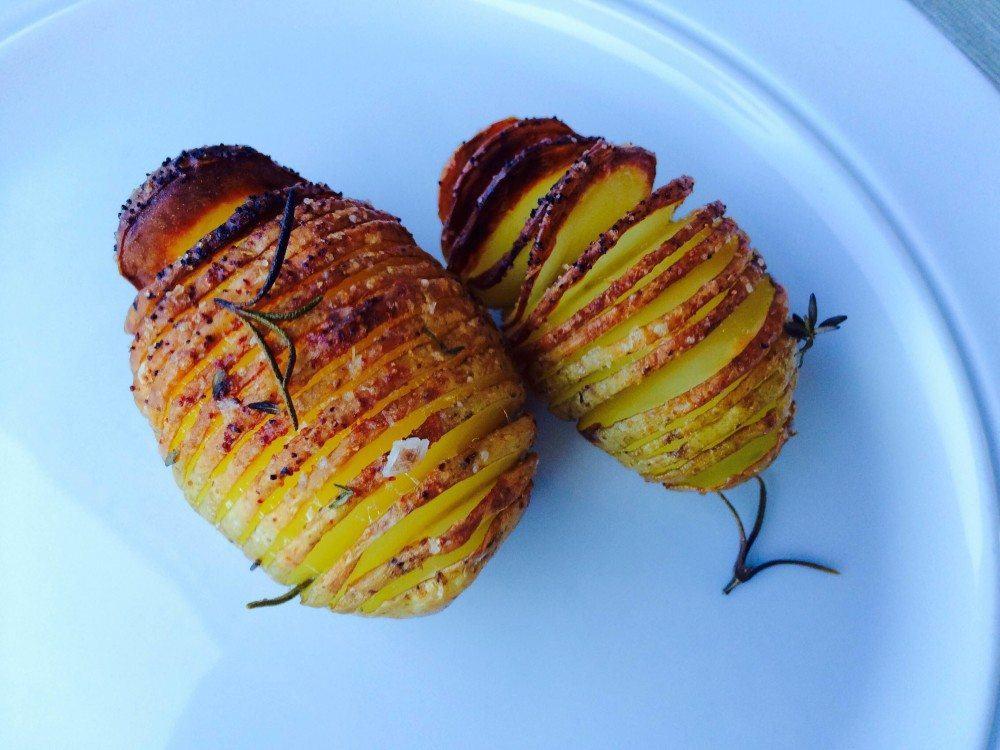 Hasselbach kartofler kaldes ofte fejlagtigt for hasselbagte kartofler, men uanset hvad du kalder dem, så er her opskriften på de perfekte hasselback kartofler. Foto: Guffeliguf.dk.