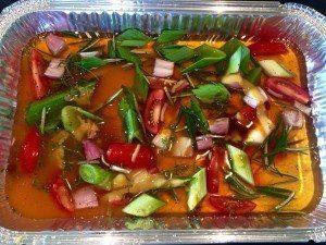 En masse dejlige grønsager giver en god bund til vores sovs til vores oksetyndsteg i kuglegrill. Foto: Guffeliguf.dk.