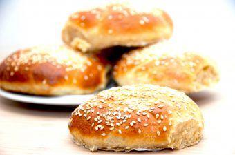 Hjemmebagte burgerboller, der er bagt med hvedemel og lidt fuldkorns speltmel. Foto: Madensverden.dk.