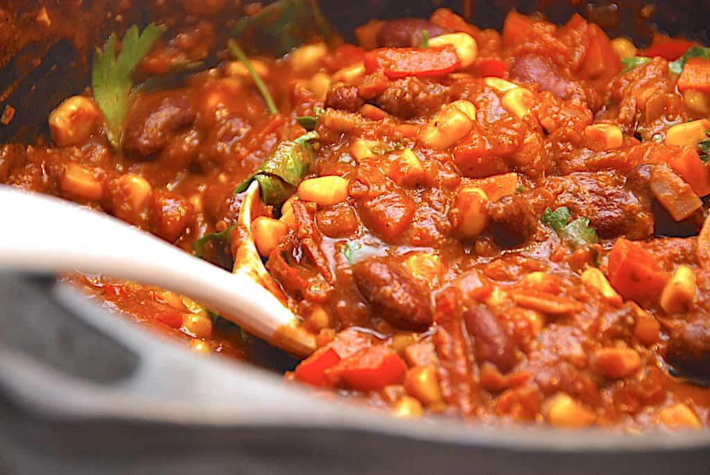 Chili con carne betyder chili med kød, og det er lige hvad denne opskrift handler om. Og den mexicanske nationalret er også et hit i de danske køkkener. Foto: Holger Rørby Madsen, Madensveden.dk.