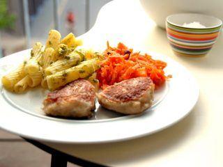 Pasta og råkost smager rigtig godt til fiskefrikadeller. Her finder du også den rigtige stegetid på fiskefrikadellerne. Foto: Madensverden.dk.