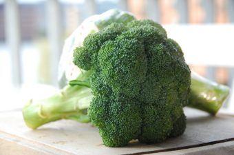 Broccoli er en af de sundeste grøntsager vi har, men det er ikke ligegyldigt hvordan du koger den. Her er den perfekte kogetid på broccoli. Foto: Madensverden.dk.