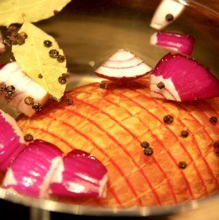 Kogt skinke - eller bayonneskinke - er et dejlig stykke kød, som de fleste godt kan lide. Den skal koges i 45 minutter - og hvile i vandet i 20 minutter. Foto: Madensverden.dk.