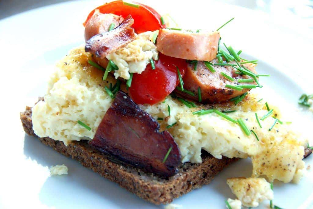 Luftig æggekage – den lækre med bacon og pølser