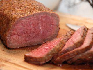 Roastbeef i ovn er dejlig mad til både hverdag og fest. Og ved at stege den ved lav temperatur i ovnen, er du sikker på en mør og lækker roastbeef. Foto: Madensverden.dk.