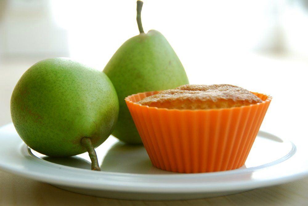 Pæremuffins er hurtige at lave, og her har vi bagt dem med hvid chokolade - og ikke alt for meget smør. I stedet er der tilsat en smule sødmælk, hvilket gør disse pæremuffins endnu mere lækre. Foto: Guffeliguf.dk.