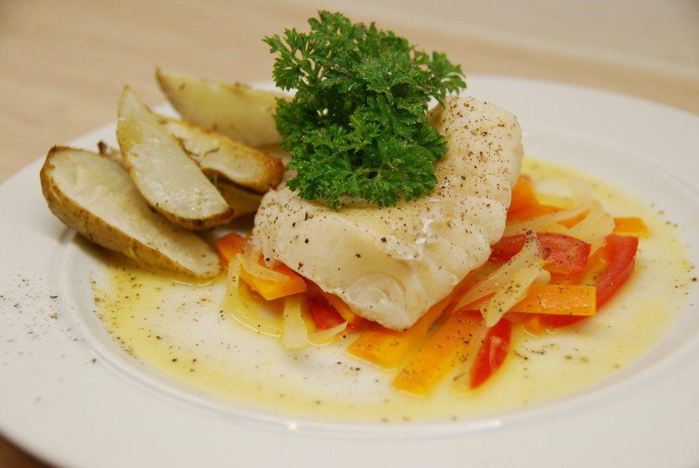 Dampet torsk en meget lækker fiskeret, hvis man laver det korrekt. Her damper vi torsken fem minutter i hvidvin, og serverer med jordskokker og sauce nage. Foto: Guffeliguf.dk.