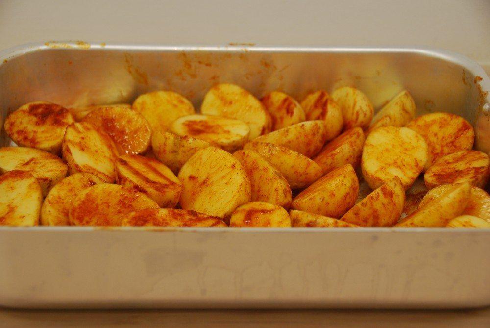Ovnstegte kartofler er både lækkert og nemt tilbehør til et godt stykke kød. Har har vi ovnstegt økologiske kartofler fra Lammefjorden med lidt paprika. Foto: Guffeliguf.dk.