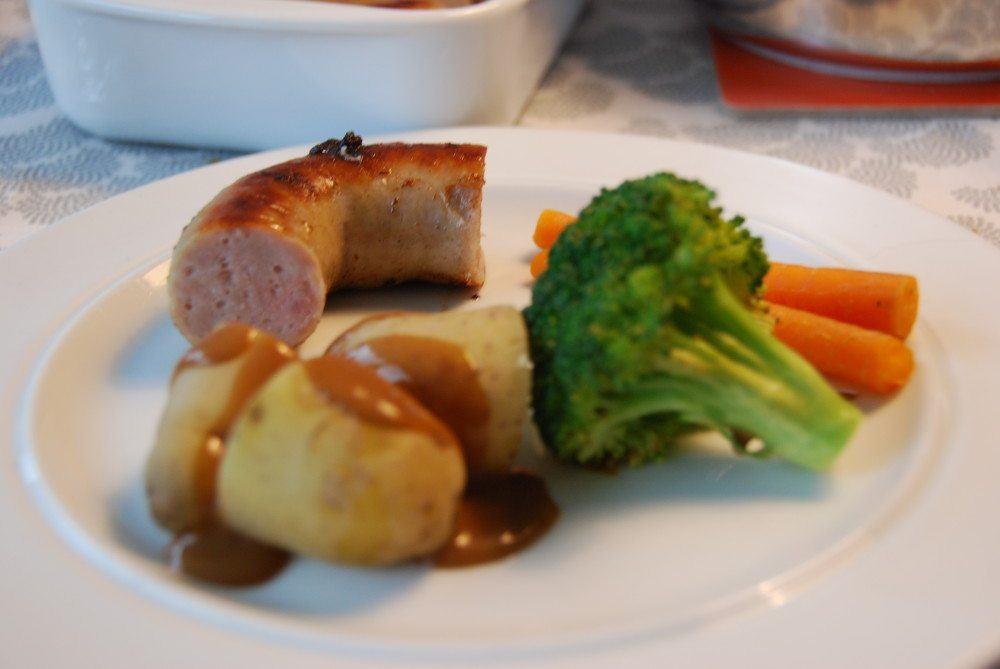 Medisterpølse med brun sovs og kartofler er en rigtig dansk klassiker, der smager rigtig godt. Her kan du se hvordan du bedst steger medisterpølse på panden. Foto: Guffeliguf.dk.