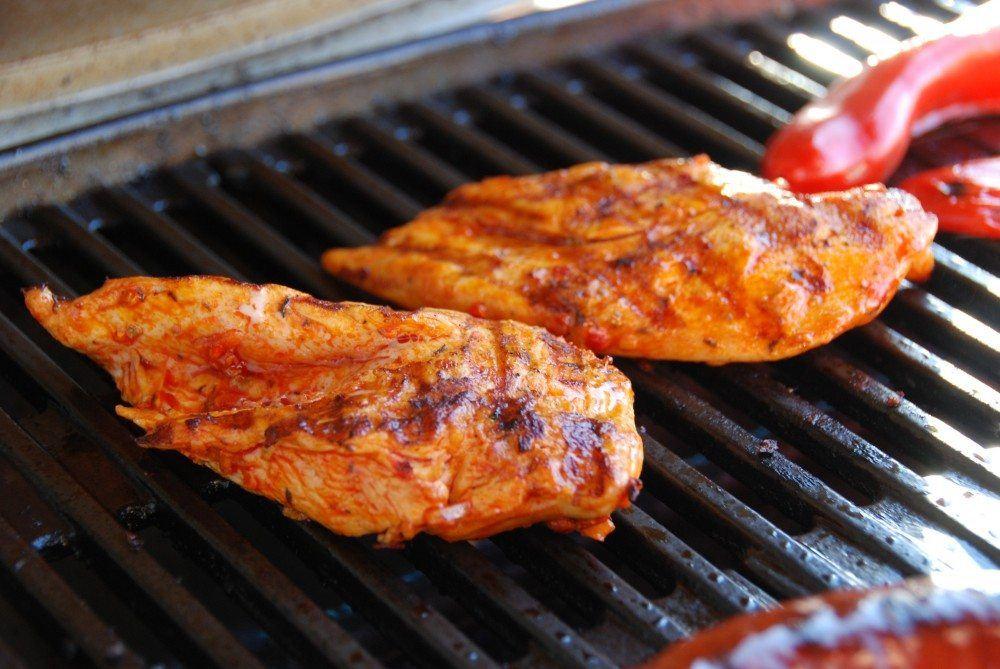 Kyllingebryst er hurtigt at lave på grillen, og vi anbefaler du steger kyllingebryst fem minutter på hver side. Opskrift med hjemmelavet puszta marinade. Foto: Guffeliguf.dk.