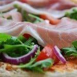 Pizza uden ost, men med lækker rucola, tomater og parmaskinke. Du kan selvfølgelig sagtens også putte lidt mozzarella (friskost) på denne dejlige pizza. Foto: Guffeliguf.dk