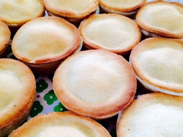Cremelinser er en klassisk kage bagt af mørdej, og her har vi fyldt den med den lækreste, hjemmelavede vaniljecreme. Og den laver vi med ægte Tahiti-vanilje. Foto: Guffeliguf.dk.