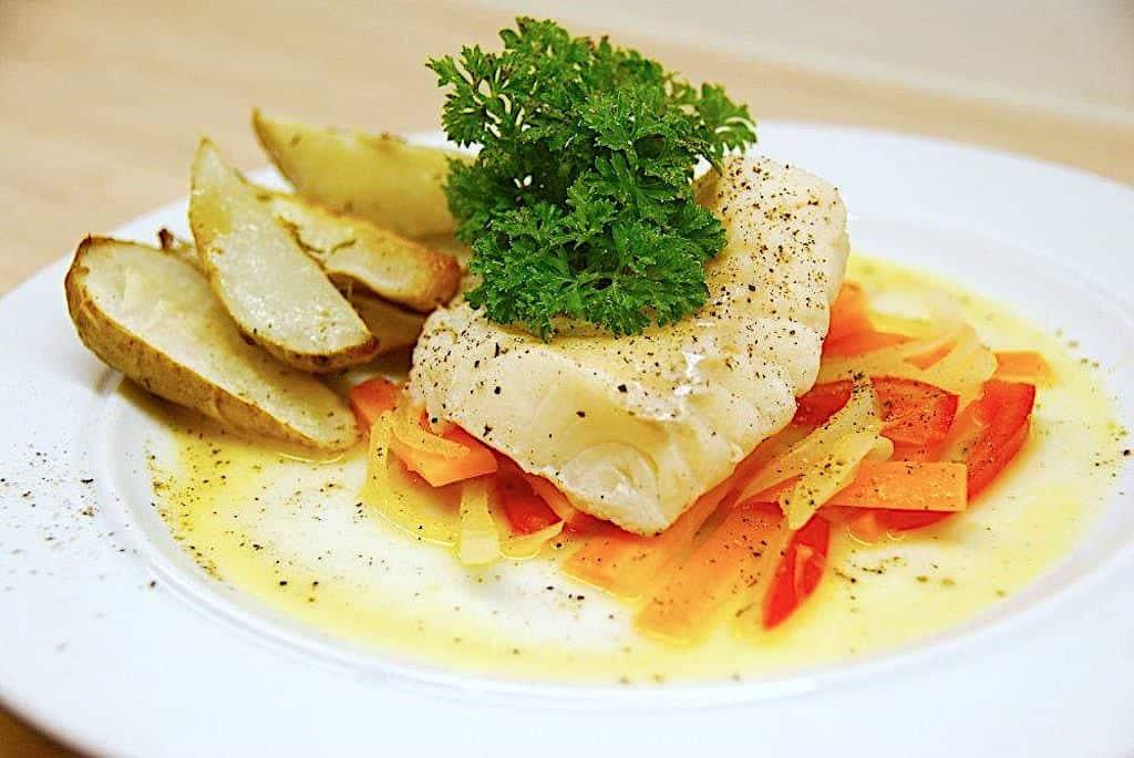 Dampet torsk med sauce nage og jordskokker