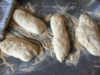 Bagning af lækre ciabatta flutes. Her er brødene sat til hævning. Foto: Flemming Nissen.