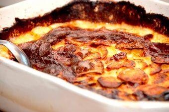 Flødekartofler i ovn er både virkelig lækker mad, men samtidig også meget nem at lave. Flødekartofler skal bages en time i ovnen. Foto: Madensverden.dk.
