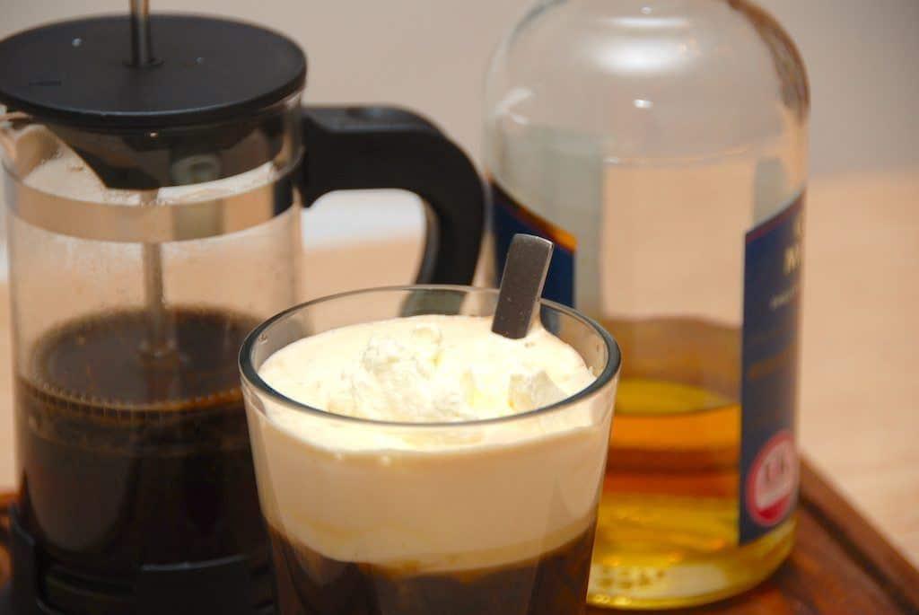 Irsk kaffe med whisky. Lavet med brun farin og letpisket fløde. Foto: Madensverden.dk.