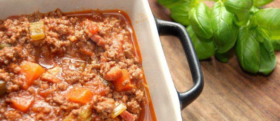 En ægte pasta bolognese, der er den klassiske italienske kødsovs, der koges i fire timer. Her anvendes hverken hvidløg eller oregano, men kødsovsen koges ind med lidt rødvin og oksefond. Foto: Madensverden.dk.