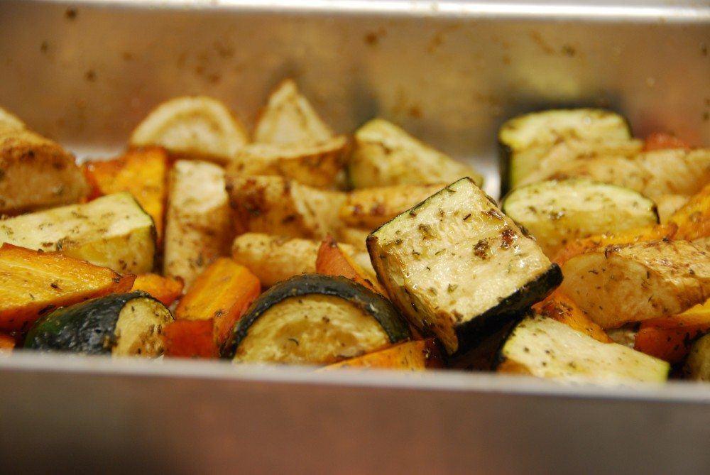 Bagte persillerødder, squash og gulerødder er perfekt og fedtfattigt tilbehør til blandt andet stegt kyllingbryst eller koteletter. Her har vi bagt rodfrugterne med timian. Foto: Guffeliguf.dk.