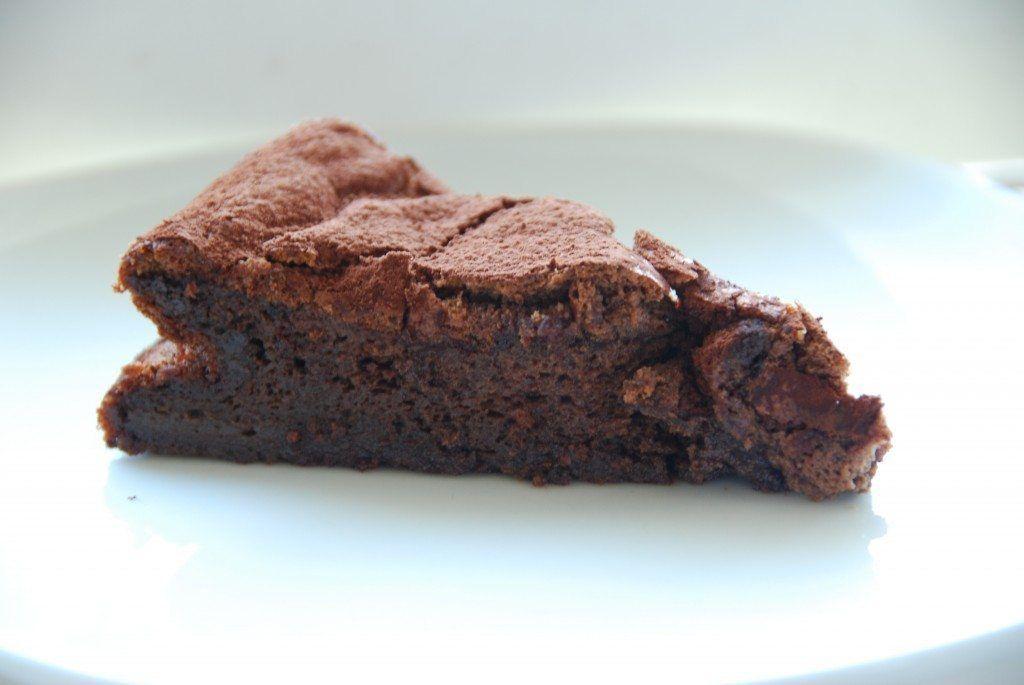 Blødende chokoladekage er også kendt som en Gateau Marcel, og der er tale om enestående lækker kage. Men den er utrolig nem at bage - og resultatet begejstrer: Foto: Guffeliguf.dk.