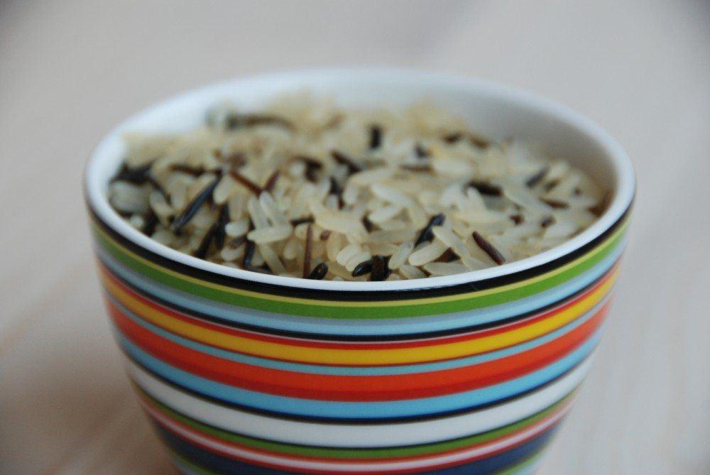 Hvad er den præcis kogetid på ris? Og hvor meget ris skal man beregne pr. portion? Hvor meget salt skal ris have? Her er de vejledende svar på alt om kogte ris. Foto: Guffeliguf.dk.