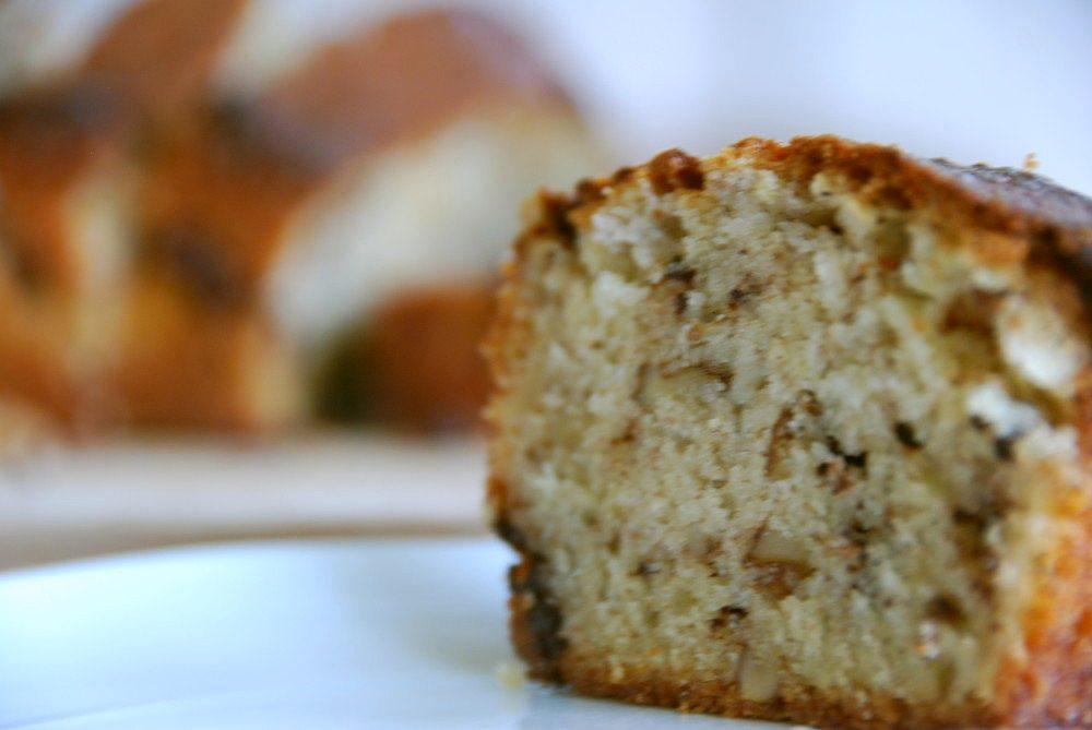 Banankage sikrer en altid saftig kage, og her har vi bagt den med mørk chokolade og valnødder. Det giver en lidt robust kage, der samtidig ikke er for sød. Foto: Guffeliguf.dk.