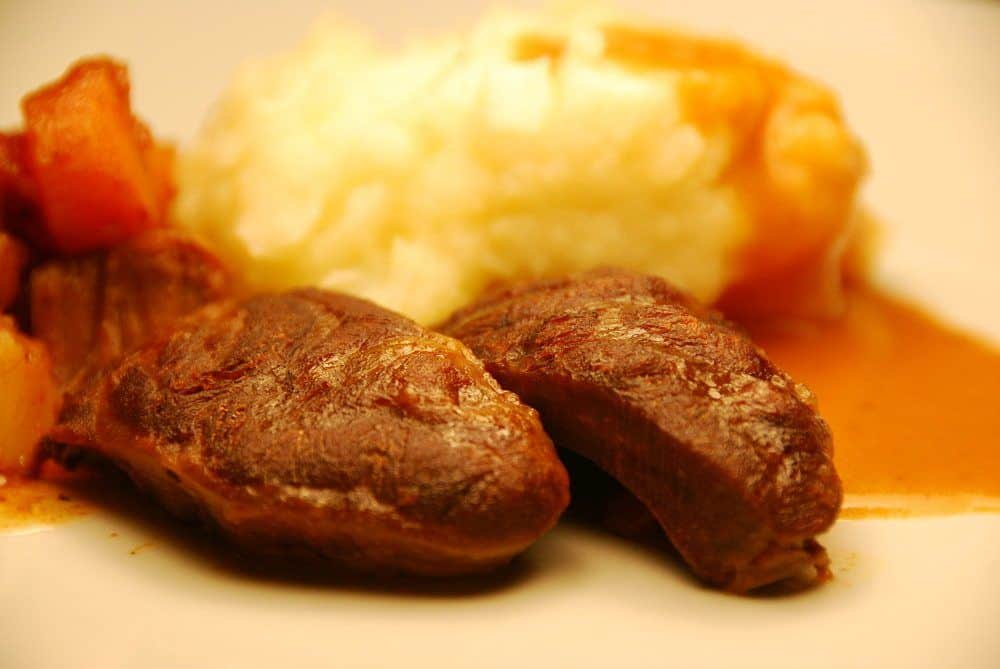 Osso buco skal langtidssteges i op mod 4 timer - så bliver kødet det møreste, som du nogensinde har smagt. Her har vi lavet osso buco med en god kartoffelmos. Foto: Guffeliguf.dk.