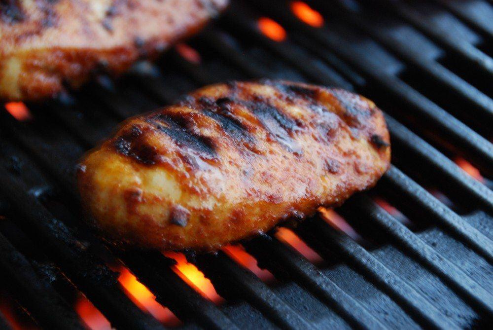 Grillet kyllingebryst er nem mad, og her får du en opskrift med hjemmelavet marinade med paprika og karrypasta. Kyllingebryst skal grilles i cirka 10 minutter ved direkte varme. Foto: Madensverden.dk.