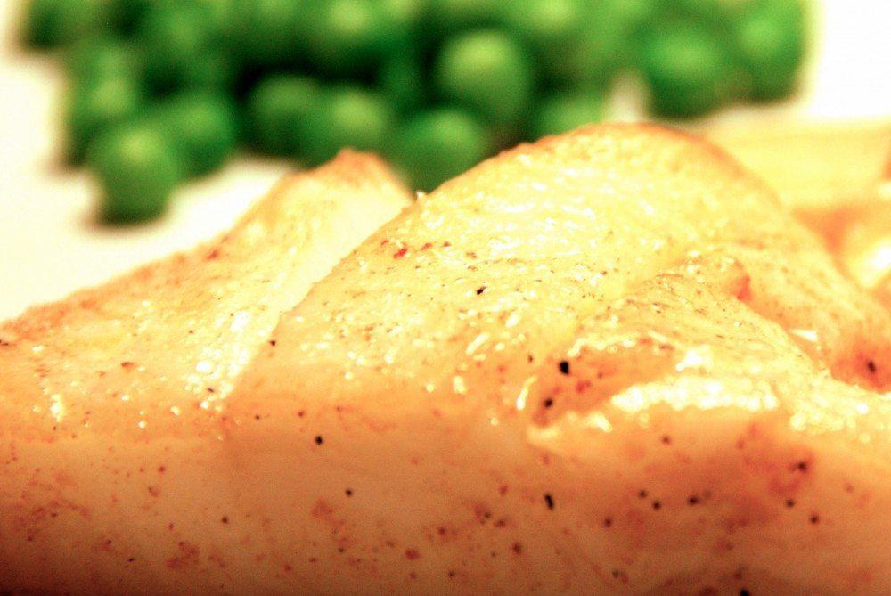 Hellefisk er en aldeles fortræffelig spisefisk, der både kan steges. ryges eller dampes i ovnen. Her har vi stegt den i smør på panden, og det tager kun få minutter. Foto: Guffeliguf.dk.