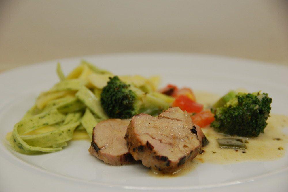 Så er der nem mad med frisk pasta og grillet svinemørbrad. Dejlig familieret med broccoli, en god sovs og svinemørbrad i samme ret - med frisk pasta. Foto: Guffeliguf.dk.