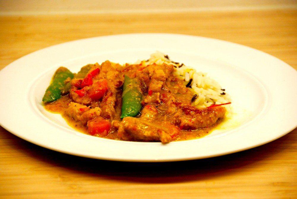 Skinkegryde er lækker aftensmad med masser af smag af Asien. Vi har lavet gryderetten af skinkekød i strimler med karry, kokosmælk, forårsløg og gulerødder. Foto: Guffeliguf.dk.