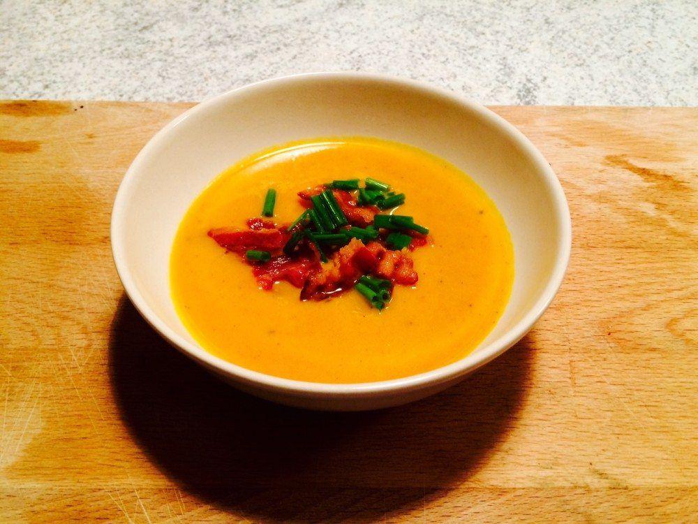 Græskarsuppe er super mad til både forret og hovedret. Suppen er meget nem at lave, og du kan sagtens koge suppen i god tid, og så bare varme den op inden servering. Foto: Guffeliguf.dk.
