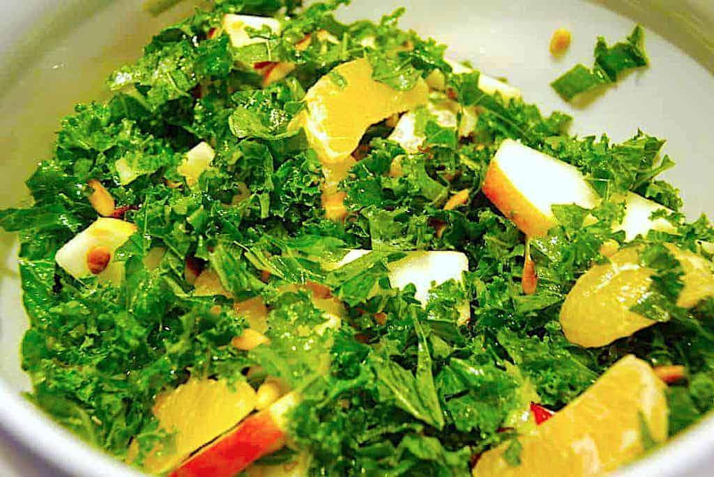 Grønkålssalat med mandarin og pinjekerner