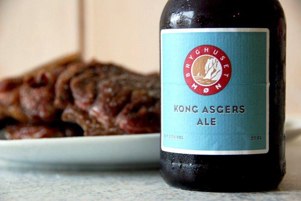 Vi har lavet denne omgang osso buco med en Kong Asgers Ale fra Bryghuset Møn i Stege i på Møn, men du kan selvfølgelig også bruge en anden mørk øl. Foto: Madensverden.dk.