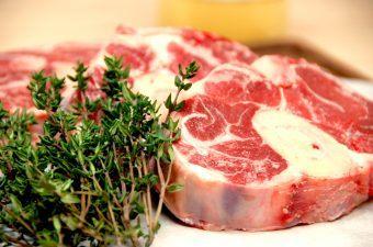Osso buco skal langtidssteges i op mod 4 timer - så bliver kødet det møreste, som du nogensinde har smagt. Her har vi lavet osso buco med en god kartoffelmos. Foto: Madensverden.dk.