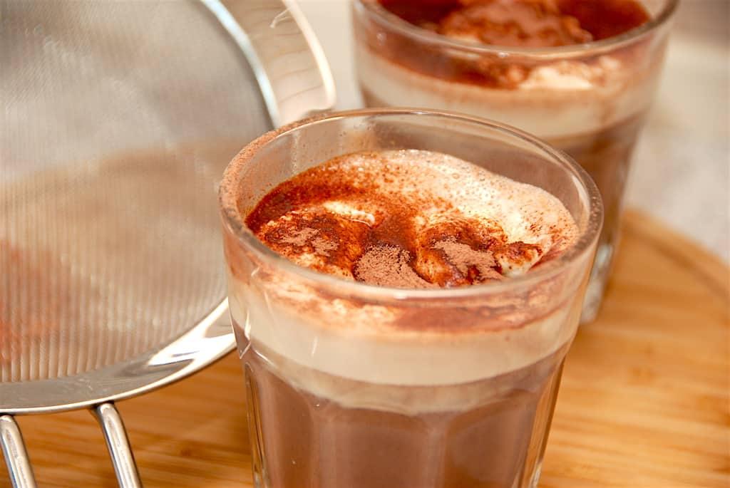 Varm kakao med sødmælk og chokolade