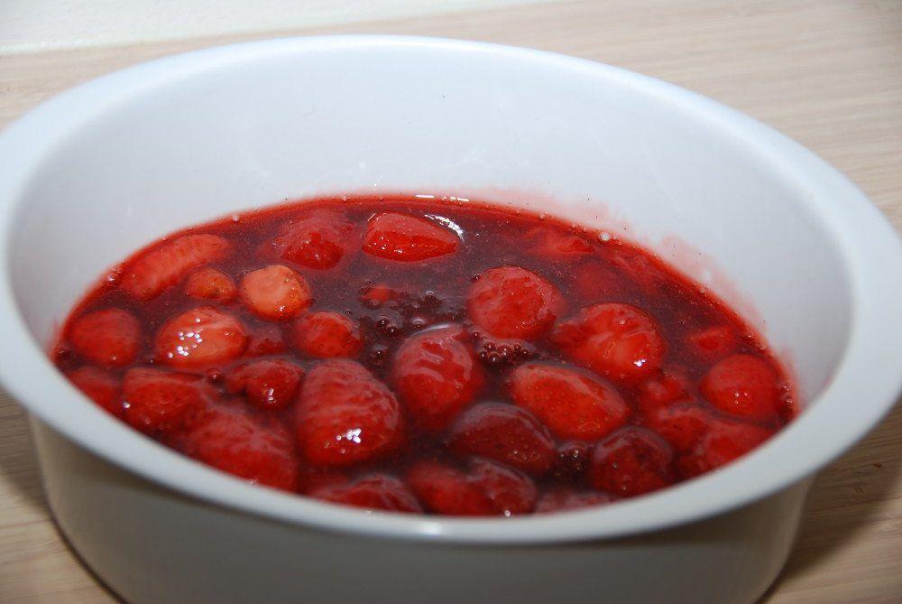 Jordbærgrød er en dansk klassiker, og den er både nem og hurtig at lave. Her har jeg lavet den med frosne bær, så du også kan få jordbærgrød om vinteren. Foto: Guffeliguf.dk.