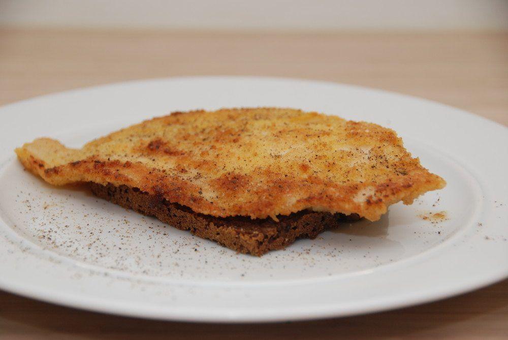 Stegt rødspættefilet er nem aftensmad. Som både kan spises på et stykke rugbrød, eller sammen med hvide kartofler og persillesovs. Paneret med æg og rasp. Foto: Guffeliguf.dk.