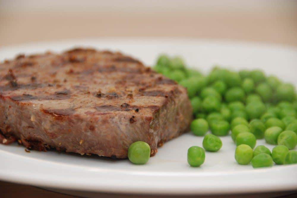 Gourmetsaltning er ren forkælelse af din bøf. Her har jeg givet en bøf af oksemørbrad en god gourmetsaltning, og det giver en mere smagfuld og saftig bøf. Foto: Guffeliguf.dk.