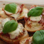 Bruschetta er en lækker og enkel forret, der stammer fra det centrale Italien. Her har jeg lavet den med tomat, skinke og hvidløg. Pyntet med basilikum. Foto: Guffeliguf.dk.