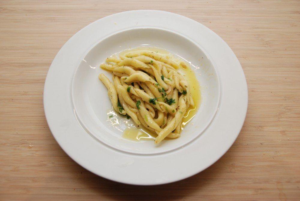 Spaghetti med olie, hvidløg og chili er typisk italiensk mad, som smager fantastisk. Samtidig er denne spaghetti meget nem og hurtig at lave, selv på en travl hverdag. Men den er også fremragende som en mellemret, når du har gæster. Foto: Guffeliguf.dk.