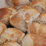 Valnøddebrød er lækkert brød til både morgenbordet og en god kop kaffe. Dette brød med valnødder er bagt med en blanding af hvedemel og fuldkorns hvedemel fra Løgismose, og det giver brødet en god krumme. Foto: Guffeliguf.dk.