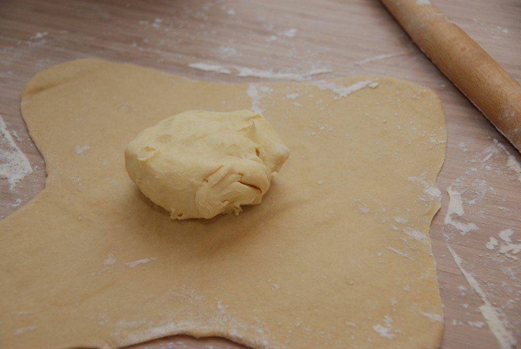 Saml smørret til en klump, som du lægger midt på dejen til dit wienerbrød. Foto: Madensverden.dk.