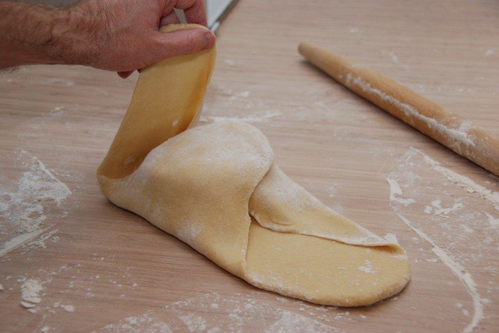 Fold så hjørnerne ind over smørret, så du nærmest får en lille pakke. Alle fire hjørner skal bukkes op over midten. Foto: Madensverden.dk.