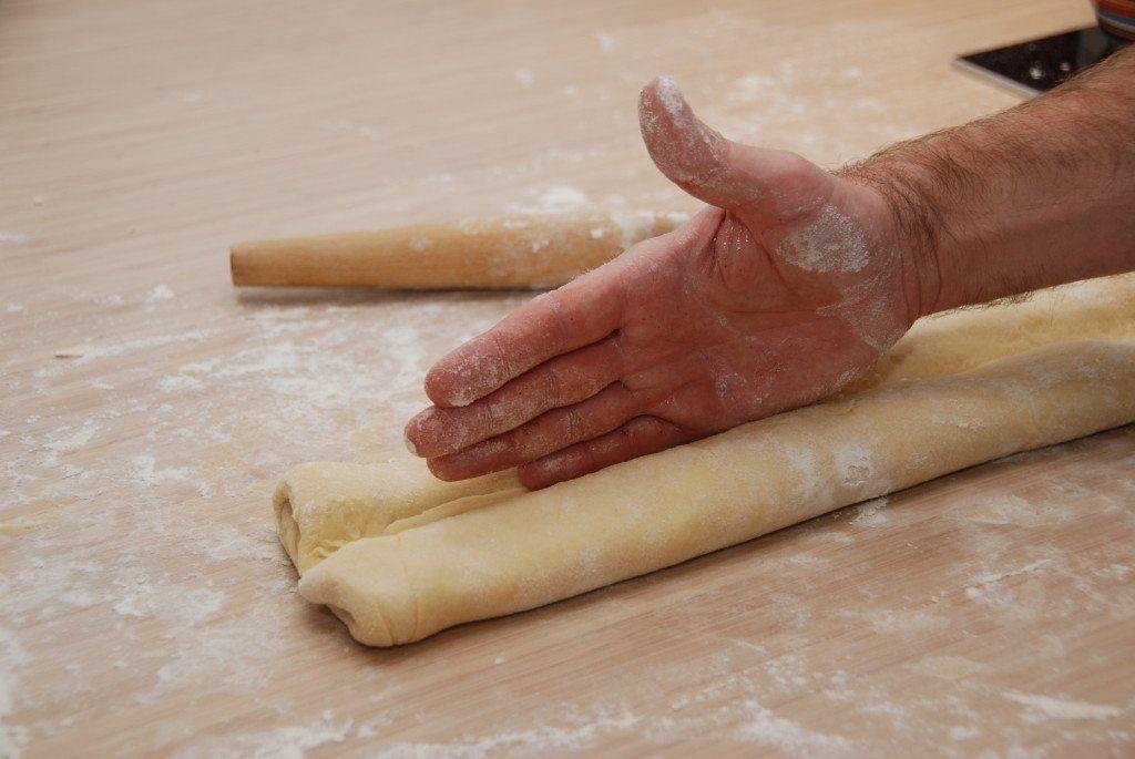 Klem forsigtigt dejen til dit wienerbrød ned med håndfladen. Ikke for voldsomt. Foto: Guffeliguf.dk.